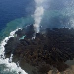 西之島が噴火活動で面積拡大