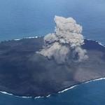 【画像あり】西之島再び噴火!中腹に新しい火口、膨れ上がった島の面積は噴火前の12倍に
