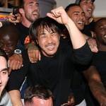 レスターシティがプレミアリーグ初優勝!歓喜に沸く選手たち